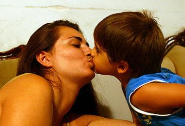 ljubiti djecu u usta