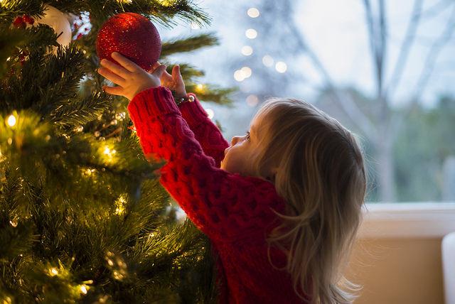 djeca i okićeni bor