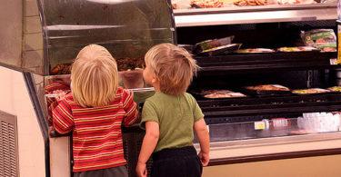 dijete konzumira hranu u trgovini