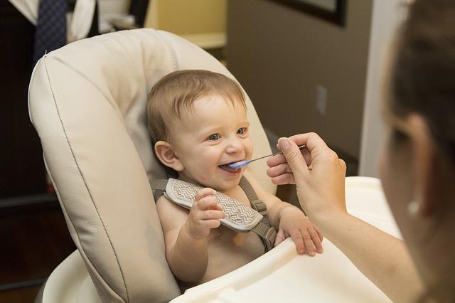 30 stvari o kojima vaša beba razmišlja dok ju pokušavate nahraniti
