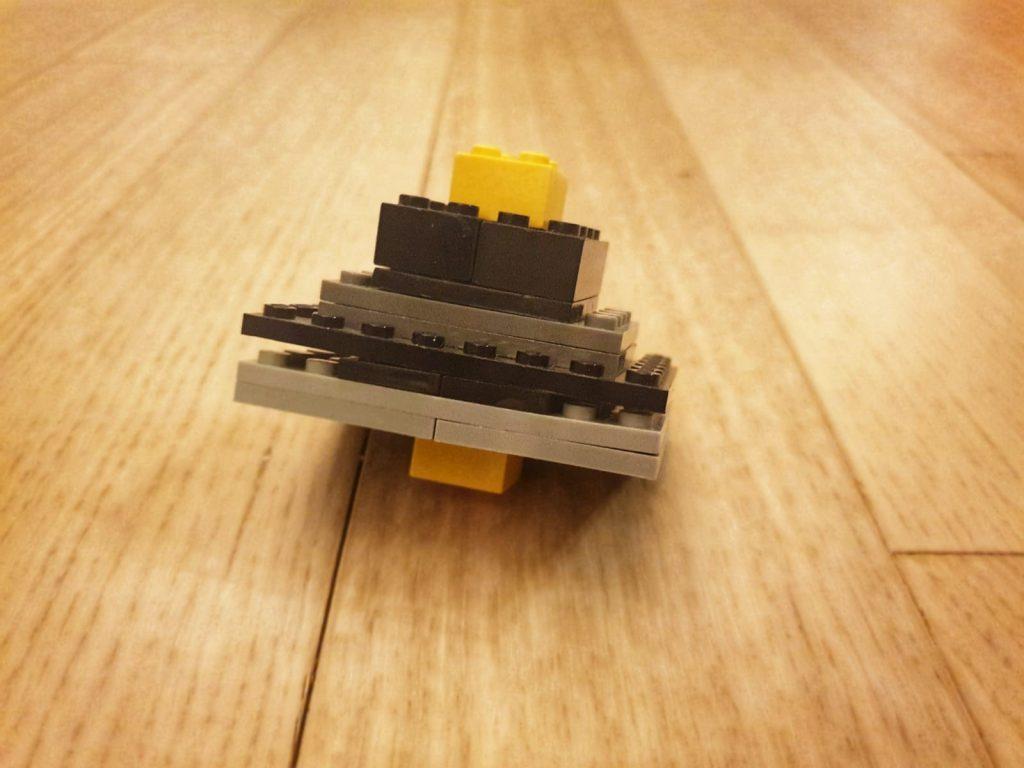 Slika na kojoj se prikazuje pod, drvena, stol, drveni  Opis je automatski generiran